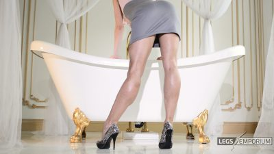 Lina - Bathtub of Luscious Legs 1_4