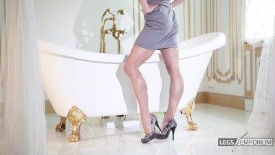 Lina - Bathtub of Luscious Legs 1_6