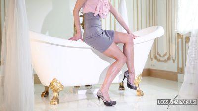 Lina - Bathtub of Luscious Legs 2_3