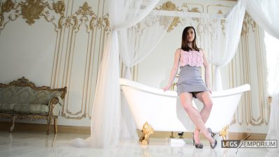 Lina - Bathtub of Luscious Legs 2_4
