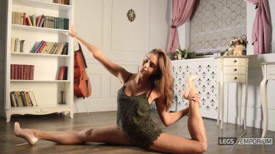 Viktoria - Flexibly Bendy World Class Gymnast 2_3