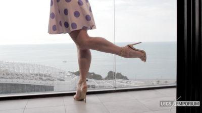 Gloria - Balcony View of Glorious Legs Beauty 3_7