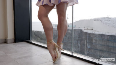 Gloria - Balcony View of Glorious Legs Beauty 4_4